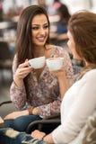 2 друз ослабляя и выпивая кофе Стоковые Изображения RF