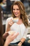 2 друз ослабляя и выпивая кофе Стоковые Фото