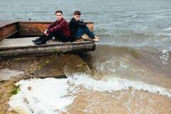 2 друз ослабляя на пристани Стоковые Изображения RF
