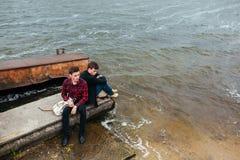2 друз ослабляя на пристани Стоковые Изображения