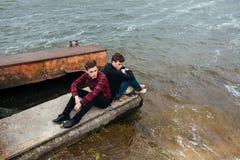 2 друз ослабляя на пристани Стоковое Фото