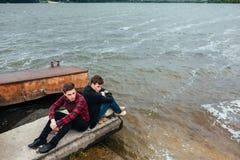 2 друз ослабляя на пристани Стоковые Фотографии RF