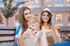 2 друз ослабляя на стенде во время покупок Стоковое Фото
