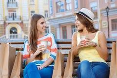 2 друз ослабляя на стенде во время покупок Стоковое Изображение