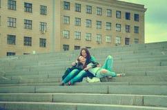 2 друз отдыхают на шагах Стоковые Фотографии RF
