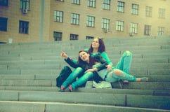2 друз отдыхают на шагах Стоковое фото RF