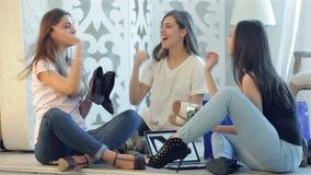 3 друз поздравляют один другого с новой сток-видео