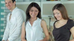 3 друз подготавливают здоровые видеоматериал