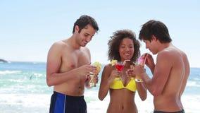 3 друз празднуя и выпивая коктеили сток-видео
