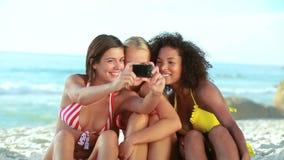 3 друз представляют для фото на пляже акции видеоматериалы