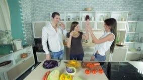 3 друз приветствуют один другое и выпивать видеоматериал