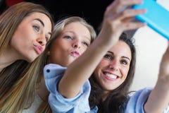 3 друз принимая фото с smartphone Стоковые Фото