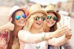 3 друз принимая selfie в городе Стоковая Фотография