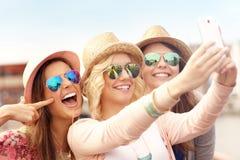 3 друз принимая selfie в городе Стоковое Изображение RF