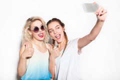 2 друз принимая selfie Стоковая Фотография RF
