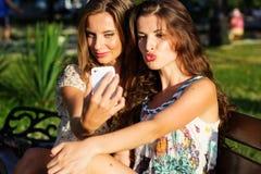 2 друз принимая selfie smartphone Стоковая Фотография