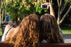 2 друз принимая selfie smartphone Стоковая Фотография RF