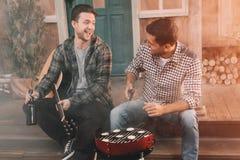 2 друз при гитара и пиво делая барбекю Стоковое Фото