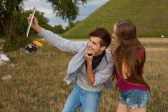 2 друз при мобильный телефон принимая selfies взрослые молодые Стоковые Фотографии RF