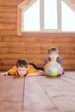 2 друз при шарик лежа на поле Стоковое Фото