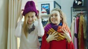 2 друз пробуют дальше вещи в магазине одежды посмотрите зеркало видеоматериал