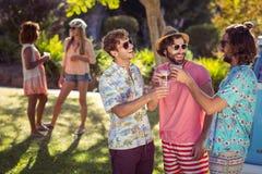 3 друз провозглашать стекла пива Стоковая Фотография RF