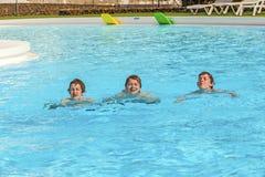 3 друз плавая в ряд Стоковое Фото