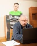 2 друз работая на компьтер-книжке Стоковое фото RF