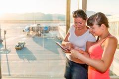2 друз рассматривают взойти на борт билетов Стоковая Фотография RF