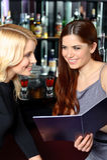 2 друз рассматривают меню Стоковые Изображения