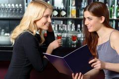 2 друз рассматривают меню Стоковые Фотографии RF
