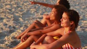 4 друз сидят на пляже акции видеоматериалы