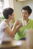 2 друз сидя в кофейне и говорить Стоковые Изображения RF