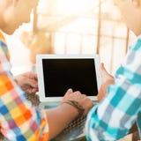 2 друз сидя на кафе Стоковое Фото