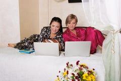 2 друз сидя на компьтер-книжках Стоковое Изображение RF