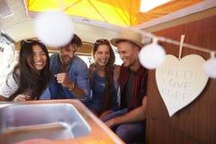 4 друз смеясь над позади жилого фургона Стоковая Фотография