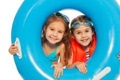 2 друз смотря вне большое голубое резиновое кольцо Стоковые Изображения RF