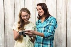 2 друз смотря мобильный телефон Стоковые Изображения RF