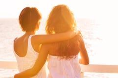 2 друз смотря на море Стоковая Фотография