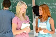 2 друз студента колледжа говоря урок математики Стоковые Изображения