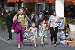 2 друз с детьми идут к центру Southbank Стоковые Фотографии RF