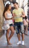 2 друз с картой в улице Стоковые Изображения