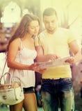 2 друз с картой в улице Стоковая Фотография