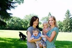 2 друз с младенцами на парке Стоковые Изображения