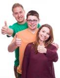 3 друз с Tumbs вверх Стоковое Изображение RF