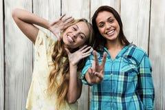 2 друз усмехаясь на камере Стоковая Фотография