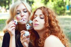 2 друз дуя пузыри мыла Стоковое Изображение