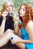 2 друз дуя пузыри мыла Стоковое Фото