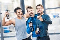 3 друз фотографируя smartphone на спортивном клубе Стоковое Изображение
