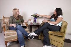 2 друз читая кассету и выпивая вино Стоковое Фото